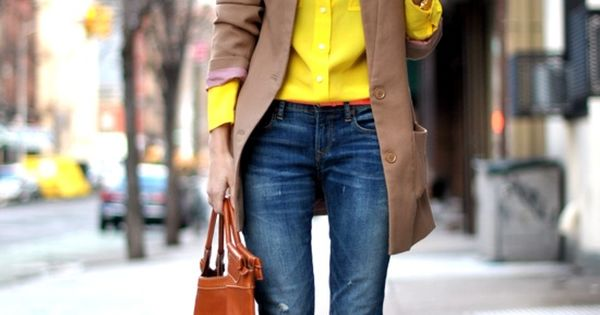 This casual outfit is on trend! A bright yellow blouse, rolled skinny
