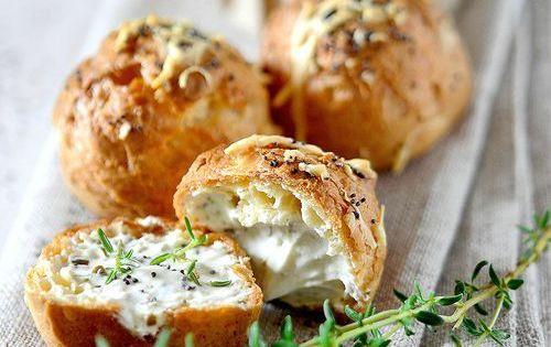 Gougères et fromage aux herbes fraîches