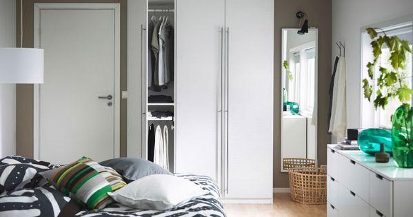 ein schlafzimmer mit pax kleiderschrank in weiss mit pax vinterbro t ren in weiss und. Black Bedroom Furniture Sets. Home Design Ideas