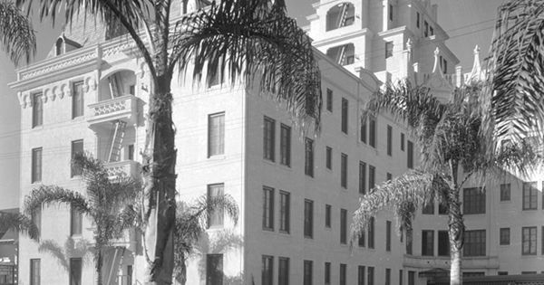 La belle tour apartments 6200 franklin shortly after it for Le elle apartments west hollywood