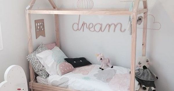 sch nes hausbett aus holz mit schubladen kinderzimmer kinderbetten hausbetten. Black Bedroom Furniture Sets. Home Design Ideas