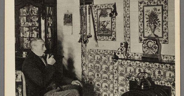 Interieur met een man zittend met voeten op een stoof bij for Brosens interieur