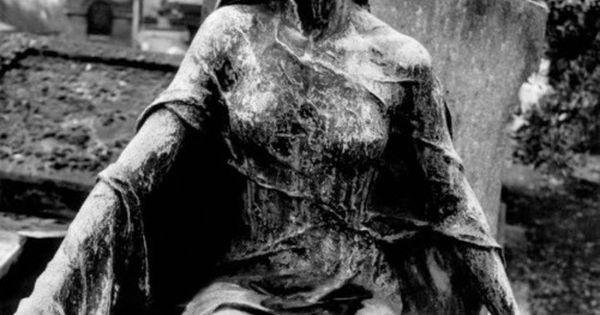Statue au Cimetière Père Lachaise By Richard Dumas