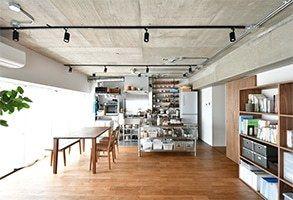 コンクリート躯体あらわしの天井と梁 オイル仕上げのナラ無垢材を使っ