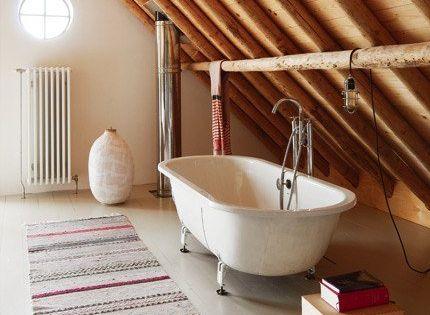 Une salle de bain moderne en bois sous les combles for Salle de bain baignoire sur pied