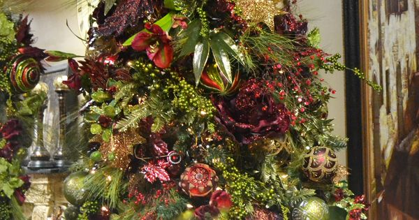 Burgundy green themed christmas tree christmas for Maroon christmas tree decorations