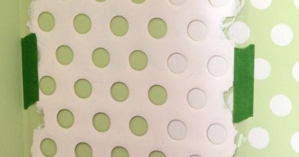 pochoir de ronds avec une grille pour enlever le surplus de peinture sur un rouleau d co. Black Bedroom Furniture Sets. Home Design Ideas