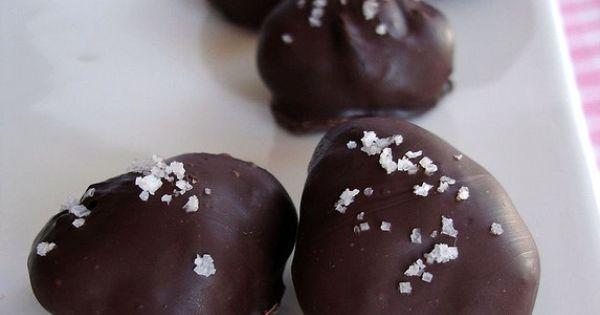 Caramel-dark chocolate truffles with fleur de sel / Trufas de caramelo ...