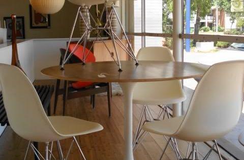 table ronde bois et blanche tulip et chaise eames blanches. Black Bedroom Furniture Sets. Home Design Ideas