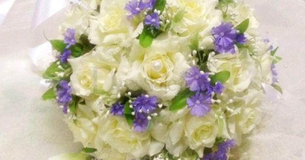 Daffodil Bridal Bouquet In Raw Silk With Little Lilac Flower Embellishment Mit Bildern Brautstrausse Braut Blumendeko