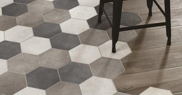 Cinque tonalit naturali riproducono la texture del legno woodplace il rivestimento ragno in - Piastrelle esagonali gres porcellanato ...