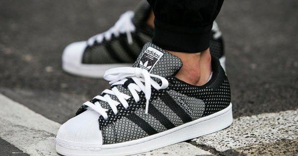 D couvrez la adidas superstar weave black white une basket en toile tiss e blanche et noire un - Nettoyer basket blanche ...