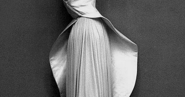 Dovima 1950 Wearing an evening gown by Madame Gres, photo by Richard
