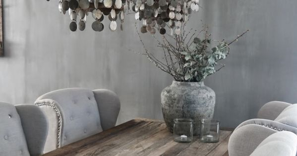 Reclaimed smoked wood dining table soft gray dining chairs landelijke wooninspiratie - Landelijke chique lounge ...