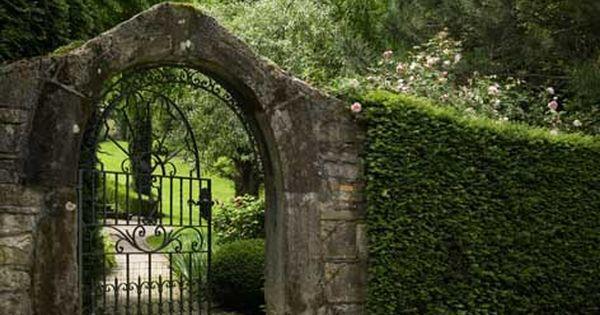 Entr e jardin portail et portillon pinterest jardins portes en fer et arches - Porte d entree jardin en fer ...