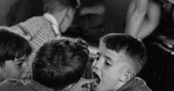 la dent paris 1956 photo robert doisneau noir et blanc pinterest dent qui bouge yeux. Black Bedroom Furniture Sets. Home Design Ideas