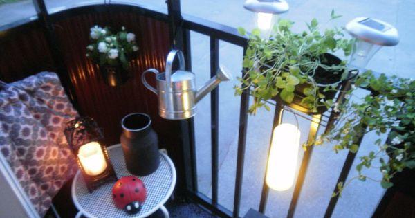 Til den lille altan kan en skammel sagtens bruges som bord ...