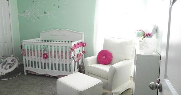 Chambre b b fille en nuances de vert inspirantes mobilier blanc chambres de b b fille et for Mobilier chambre bebe originale