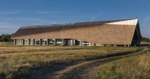 Maison contemporaine avec toiture en chaume au bord de mer en ...