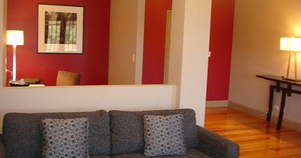 Wohnzimmer Streichen Idee - Rot Und Weiß Kombinieren Graues Sofa ... Wohnzimmerwand Rot