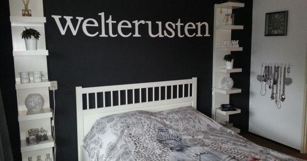 De witte plankenkasten links en rechts van het bed zijn kant en klaar ...