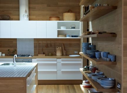 Una cocina con suelos, techos y paredes de madera