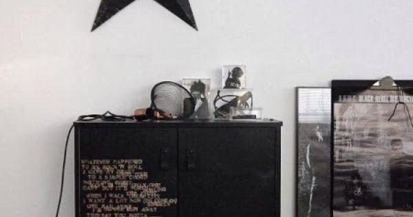 peindre en noir un petit meuble et lui gratouiller des mots doux dans un coin sombre un r ve. Black Bedroom Furniture Sets. Home Design Ideas