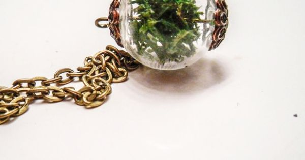 Moss Terrarium Necklace.- Great idea for the fashionable gardener!