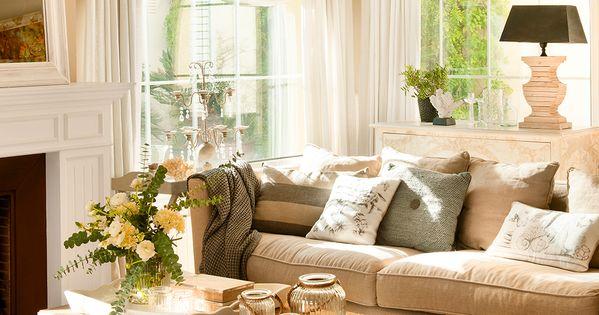 Sal n en tonos neutros con sof beige cojines grises y marrones mesa de centro y flores - Cojines marrones ...