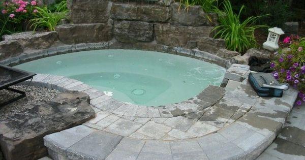 Jacuzzi con fuente cascada de piedra cascadas fuentes y for Cascadas de piedra para jardin