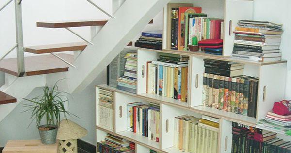 Biblioteca modular para aprovechar el espacio bajo la - Escaleras para bibliotecas ...