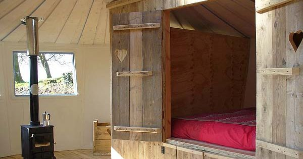 cool built-in sleeping nook / cupboard bed