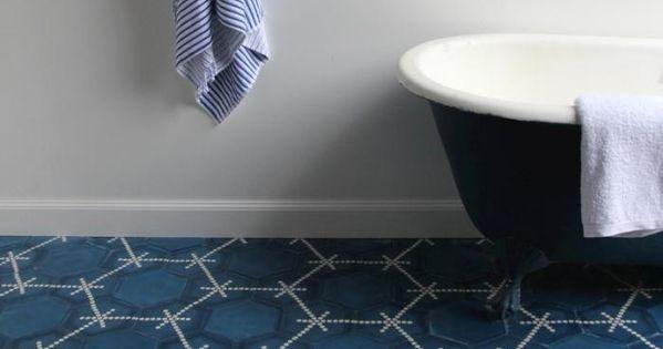 Bleu bleu bleu et blanc salle de bain pinterest for Carreaux salle de bain bleu