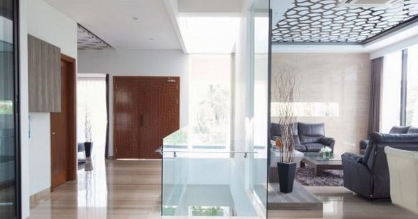 faux plafond design avec puits de lumière, sol en carrelage aspect ...
