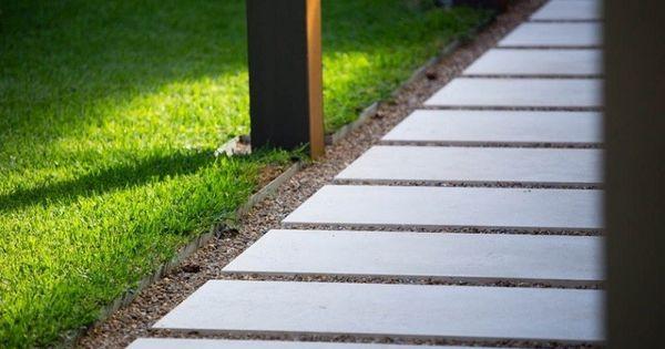 Camino de jardin con losas grandes y gravilla ideas de for Diseno de jardines grandes