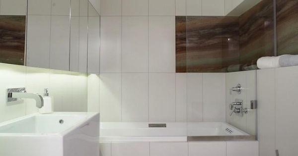 kleines bad einrcihten wei badewanne dusche glaswand spielschrank led streifen badezimmer. Black Bedroom Furniture Sets. Home Design Ideas