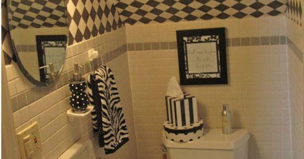 Bajos de las escaleras un ba o peque o duchas y espejos for Escaleras para lugares pequenos
