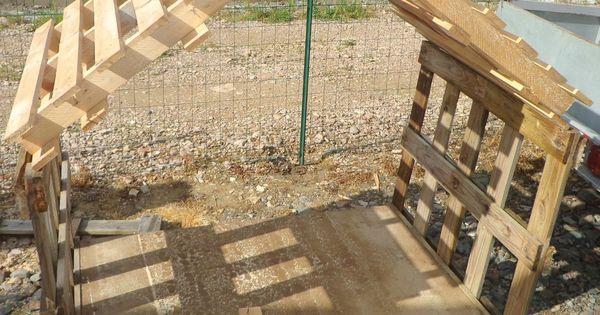 Cabane pas ch re avec bois de palettes plein d 39 explications sur ce site notamment pour doubler - Cabane de jardin en palette perpignan ...
