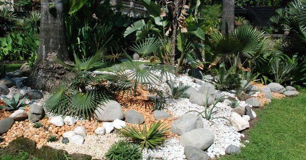 jardin de rocaille avec des grosses pierres d coratives et plantes exotiques jardin. Black Bedroom Furniture Sets. Home Design Ideas