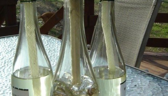 DIY tiki torch wine bottles that look pretty and keep the mosquitoes