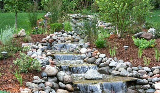 Nice little backyard waterfalls and koi pond jardines for Estanques naturales