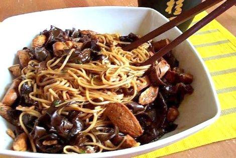 Makaron Chow Mein Z Grzybami Mun Chinskie Przepisy Orientalny Serwis Culinary Recipes Food Food And Drink