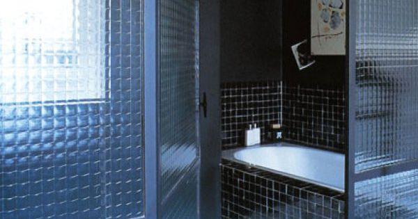 Optez pour le total look carrelage dans la salle de bains for Commode metallique industrielle