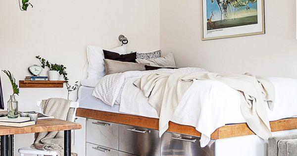 des rangements sous le lit dans le coin chambre de ce petit appartement l 39 id e fut e pour des. Black Bedroom Furniture Sets. Home Design Ideas
