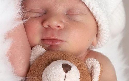 Baby's vinden knuffelbeertjes altijd leuk! kraamcadeau babyshower kraambezoek