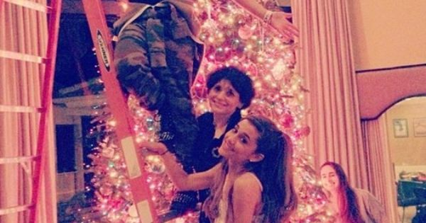 Ariana Grande And Her Family Decorate For Christmas