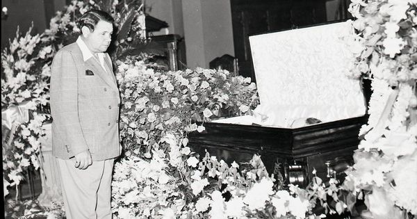 babe ruth pays his respects at lou gehrigs funeral lou