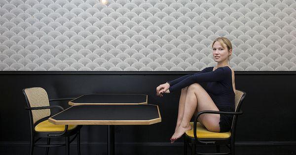 restaurant manger paris boiseries noires et papier peint feather fan de cole and son d co. Black Bedroom Furniture Sets. Home Design Ideas