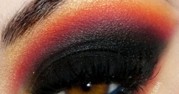 Halloween eye makeup look via sussle.org