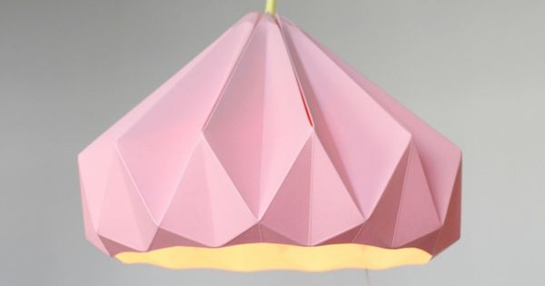 lampe origami faire soi m me en papier pli rose avec un c ble jaune origami et papier. Black Bedroom Furniture Sets. Home Design Ideas